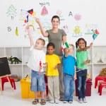 reschool çocuklar ve öğretmeni ile sınıf bayrakları — Stok fotoğraf