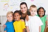Okul öncesi çocuklar ve öğretmen — Stok fotoğraf