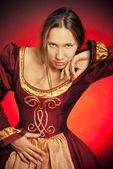 あずき色のドレスの中世の女の子 — ストック写真