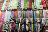 Många halsdukar av silke. — Stockfoto