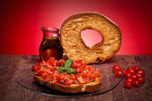 Pierścienie apulii chleb z pomidorami i bazylią — Zdjęcie stockowe