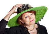 Femme avec un chapeau vert — Photo