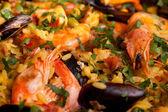 Mexilhões e camarões em paella — Fotografia Stock