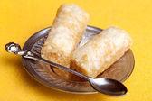 Baklava de dedo en bandeja de plata — Foto de Stock