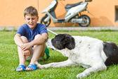 Pojken med sin hund — Stockfoto