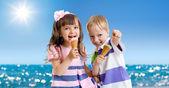 Enfants avec cône de glace extérieure au bord de mer dans da torride — Photo