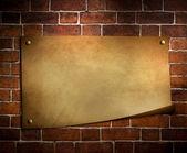 Starý papír na pozadí cihlová zeď — Stock fotografie