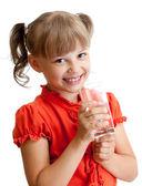 Retrato de la muchacha de la escuela con vaso de agua aislado — Foto de Stock