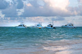 Plezier-jacht verankerd voor de kust van de dominicaanse republiek. oceaan tropische — Stockfoto