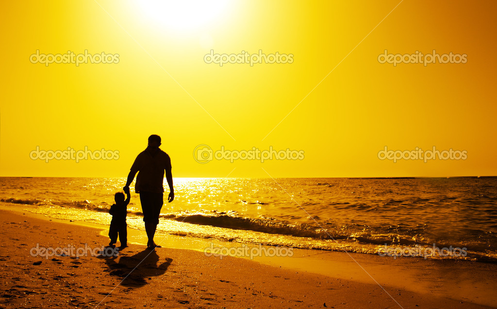 Siluetas Padre E Hijos En La Playa Al Atardecer