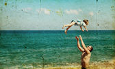 Father and son playing together on the beach — Fotografia Stock