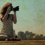 jeune fille avec un appareil photo — Photo