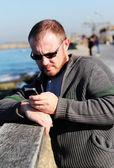 Knappe 35-jarige man in de achtergrond van de zee — Stockfoto