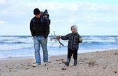 Familia corriendo en la playa — Foto de Stock