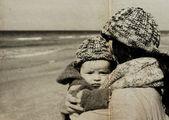 Mãe com o filho na praia — Fotografia Stock