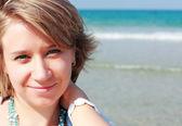 Portret van mooie jonge vrouw op het strand — Stockfoto