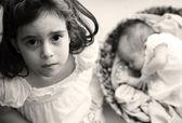 5-anno-vecchia ragazza con sua sorella neonata — Foto Stock