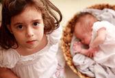 5rok stará dívka se sestrou novorozence — Stock fotografie