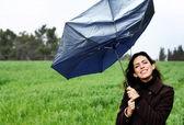 Ragazza con ombrello. foto nel vecchio stile di colore immagine. — Foto Stock