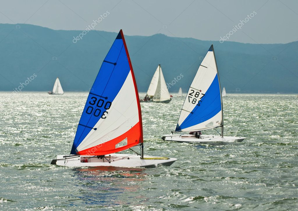 The yacht takes part in competitions in sailing in the sea — Stock Photo #9349419