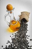 Sonnenblumenkerne und pflanzenöl in einer flasche — Stockfoto