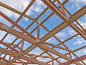 Roof frame construction under cloudy blue sky — Stock Photo