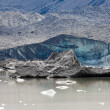 Glacier tongue calfing icebergs into glacial lake — Foto de Stock