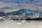 Glacier tongue calfing icebergs into glacial lake — Foto Stock