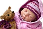 Kleines mädchen schläft mit teddybär — Stockfoto