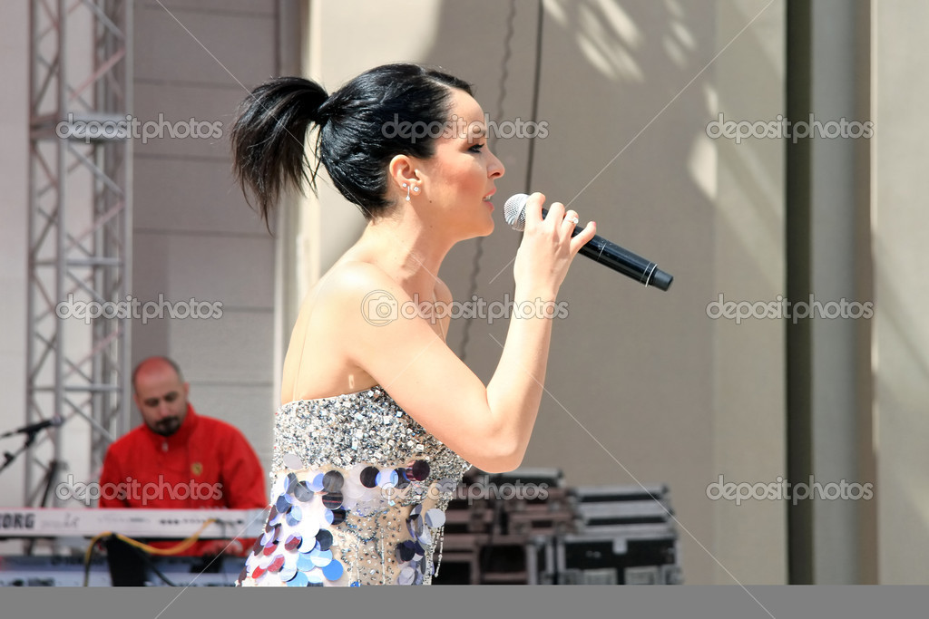 ISTANBUL - APRIL 23: Pop star Bengu Erden performs live on stage at Marmara Egitim Kurumlari on April 23, 2011 in Istanbul, Turkey. — Stock Photo #8972603