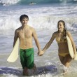 Young couple surfing in hawaii - Foto Stock