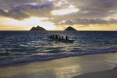 An outrigger canoe heads out to sea — Stock Photo