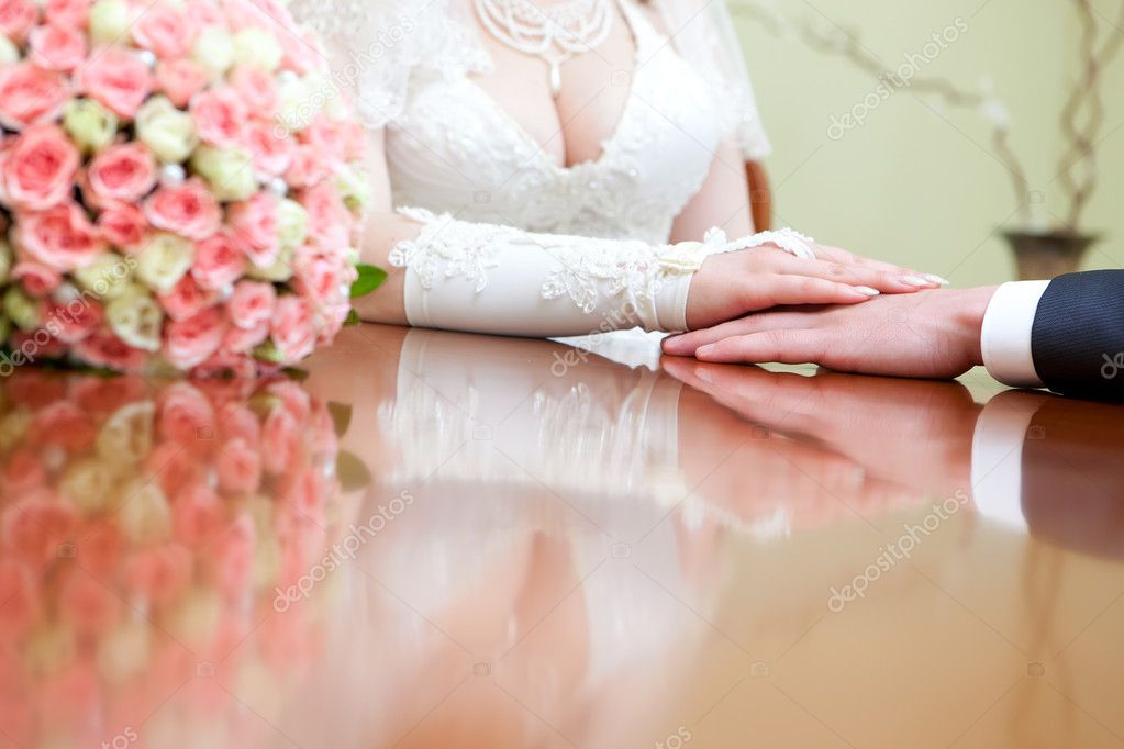 Hands of the groom and the bride — Stockfoto #10477920