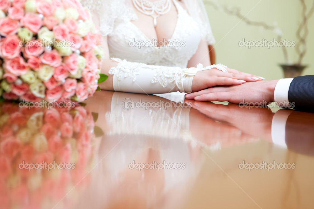 Hands of the groom and the bride — Stock fotografie #10477920
