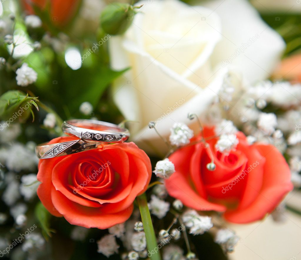 Gold wedding ring on flower — Stock Photo #8382076