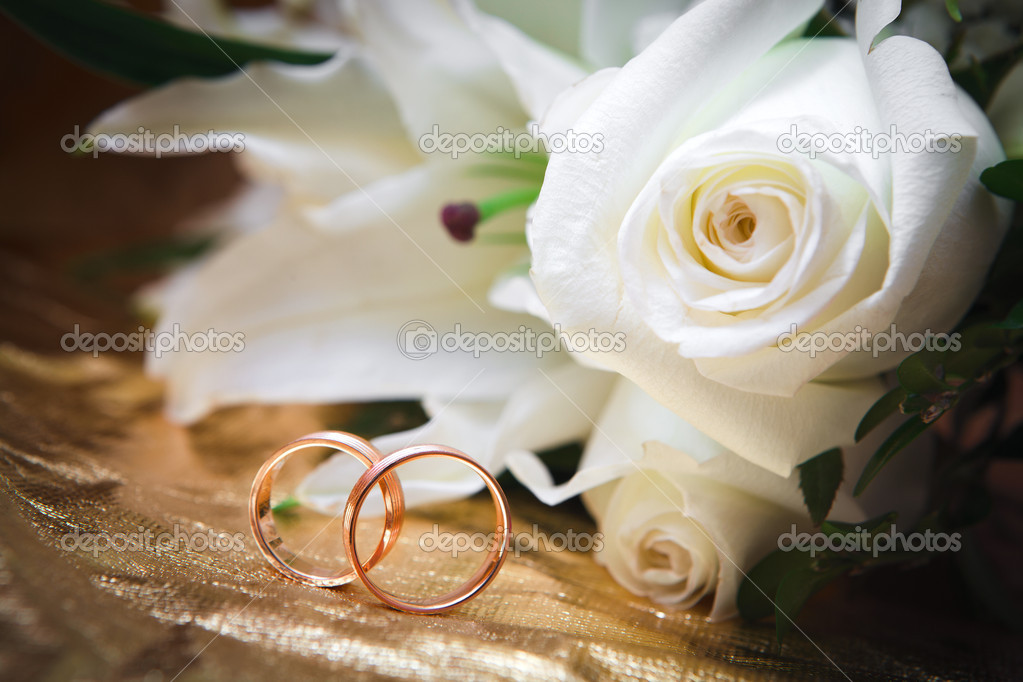 Gold wedding rings on flower — Stock Photo #8893453