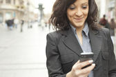 бизнес-леди с смартфон ходить на улице — Стоковое фото