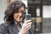 Ung kvinna fotografera med mobilen — Stockfoto