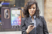 携帯電話の歩行の女性 — ストック写真