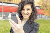 Ung kvinna med mobiltelefon — Stockfoto