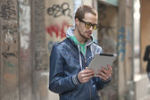 L'homme sur la rue utiliser ipad tablette tactile — Photo