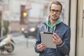 Man On Street Use Ipad Tablet Computer — Foto Stock