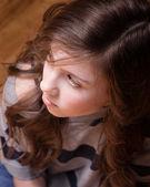 Dziewczyna patrząc od — Zdjęcie stockowe