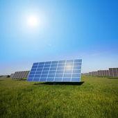 字段区域的太阳能装置 — 图库照片