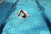 男水でクロールの泳ぎを学ぶ — ストック写真