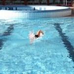 Swim the crawl in pool — Stock Photo