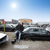 Mann sucht autoteile — Stockfoto