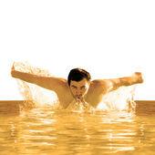 Homme nage papillon en piscine — Photo