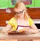 молодая домохозяйка с книгой — Стоковое фото