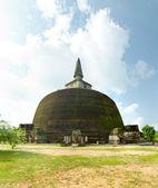 第四最大白塔寺在斯里兰卡后三个伟大飞檐 — 图库照片